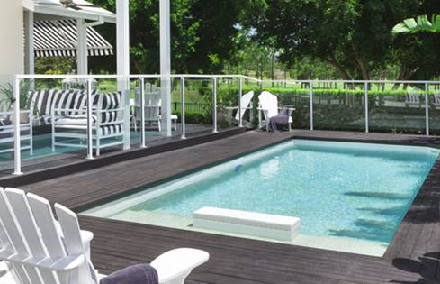 Deco terras zwembad: deco terras zwembad kunstgras in combinatie met